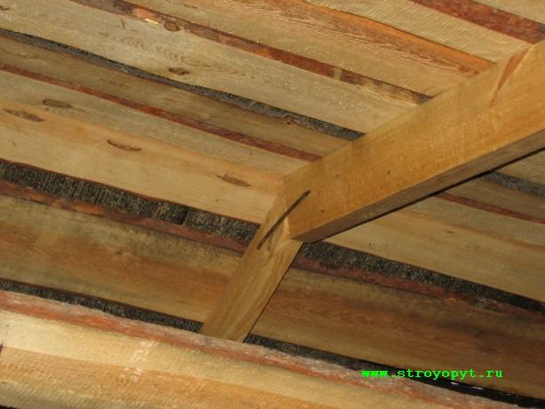 Нижний край крыши (кроме скобы стропилина закреплена гвоздем)